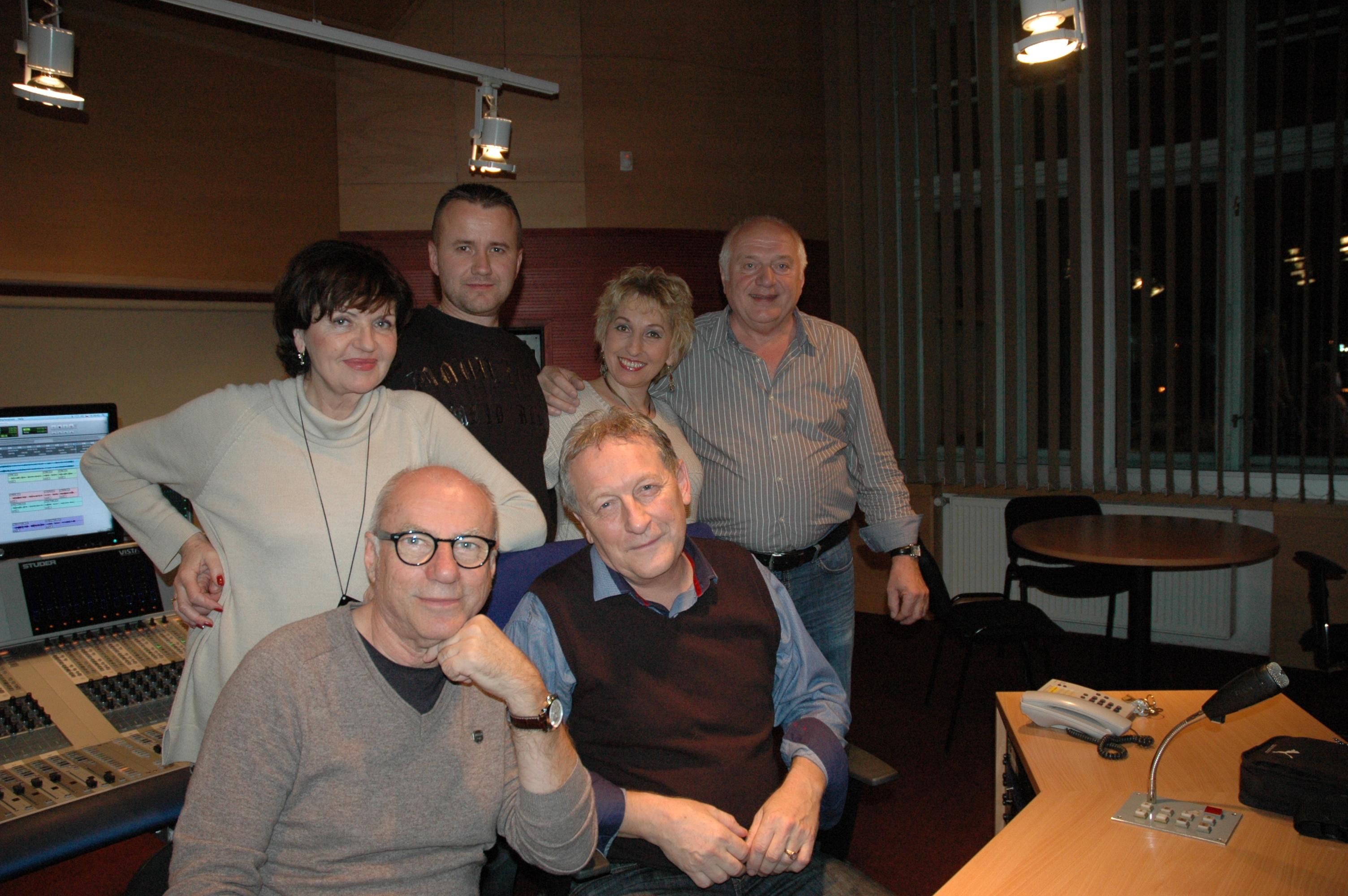 Z natáčení nového CD sedící z leva Gerhard Sulyok, Karel Fisl, stojící Blanka Tůmová, Radek Klusoň. Iva Ročková a Ladislav Kubeš