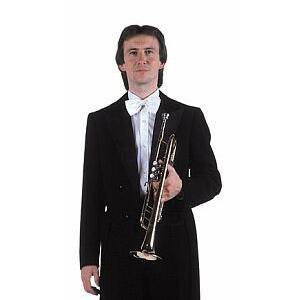 Antonín Pecha trägt Smoking, wenn er in der tschechischen Philharmonie spielt.