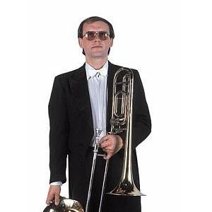 """Jiří Sailer spielt im Opernorchester des Nationaltheaters Prag Posaune, in der Blaskapelle Veselka spielt er Tenorhorn. Sein Instrument bekam er als Geschenk von Ladislav Kubeš sen., der es Jahre lang spielte. Jirka ist darauf entsprechend stolz. Die Posauen benutzte er bei der Aufnahme der Komposition """"Erinnerung an Zirkus Renz"""" mit Veselka. Bei der Aufnahme der Komposition """"Für Freude"""", ein Solo für vier Posaunen, hat er im Playback-Verfahren alle Stimmen selbst eingespielt."""