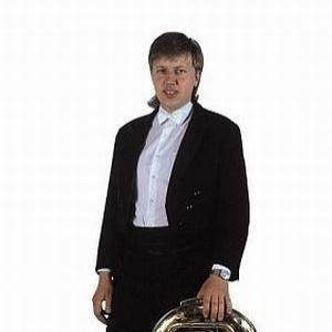 """Karel Malimánek, der in der Tschechischen Philharmonie Tuba spielt, reicht eine Tuba nicht. Er wechselt die Instrumente dem Charakter der Komposition entsprechend. Mit Veselka nahm er Solokompositionen für Tuba von Ladislav Kubeš sen., Jaroslav Škabrada und von Jaroslav Zeman auf. Vor kurzem nahm er Montis """"Czardas"""" auf, wobei er das Violinsolo virtuos mit seiner Tuba spielte. In einer Aufnahme der weltbekannten Komposition """"Karneval in Venedig"""" spielte er dieTrompetenstimme mit seiner Tuba."""