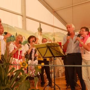 si s námi zazpívali Mojí českou vlast a to česky, v refrénu jim pomáhali naši zpěváci
