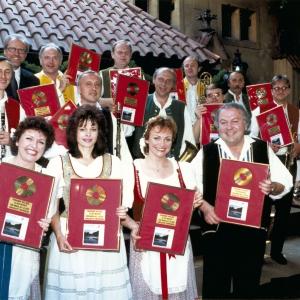 freuen sich über die Verleihung der Goldenen Schallplatte (Ten římovský můstek /Die Brücke von Římov).