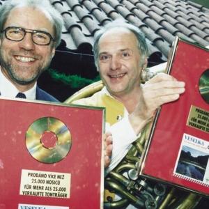 freuen sich in der Fernsehsendung Veselka mit Moravěnka in U Fleků über Goldene Platten. Damit es keine Probleme gibt, wo die Platten hängen werden, bekamen jeder eine Platte.