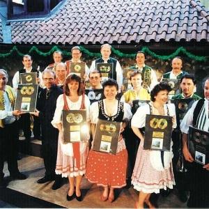 Veselka mit Moravěnka in U Fleků sehen. Diesmal übernahm sie vor den Fernsehkameras eine Platinplatte für das Album Pod tou naší starou lípou (Unter unserer alten Linde).